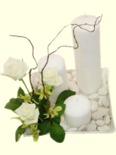 base de ceramica con piedras, velones en escalera y detalle de rosas ...