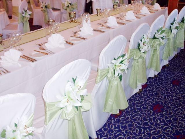 Arreglos florales fiestas eventos for Mesas y sillas para xv