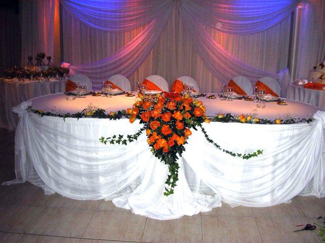 Decoracion de fiestas con telas y ambientacion con flores.