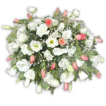 evento con lisiantos y rosas de aprox. 40cm x 40cm. Centros de mesas